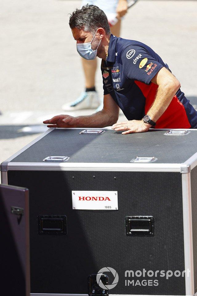 Un miembro del equipo de Red Bull en el trabajo