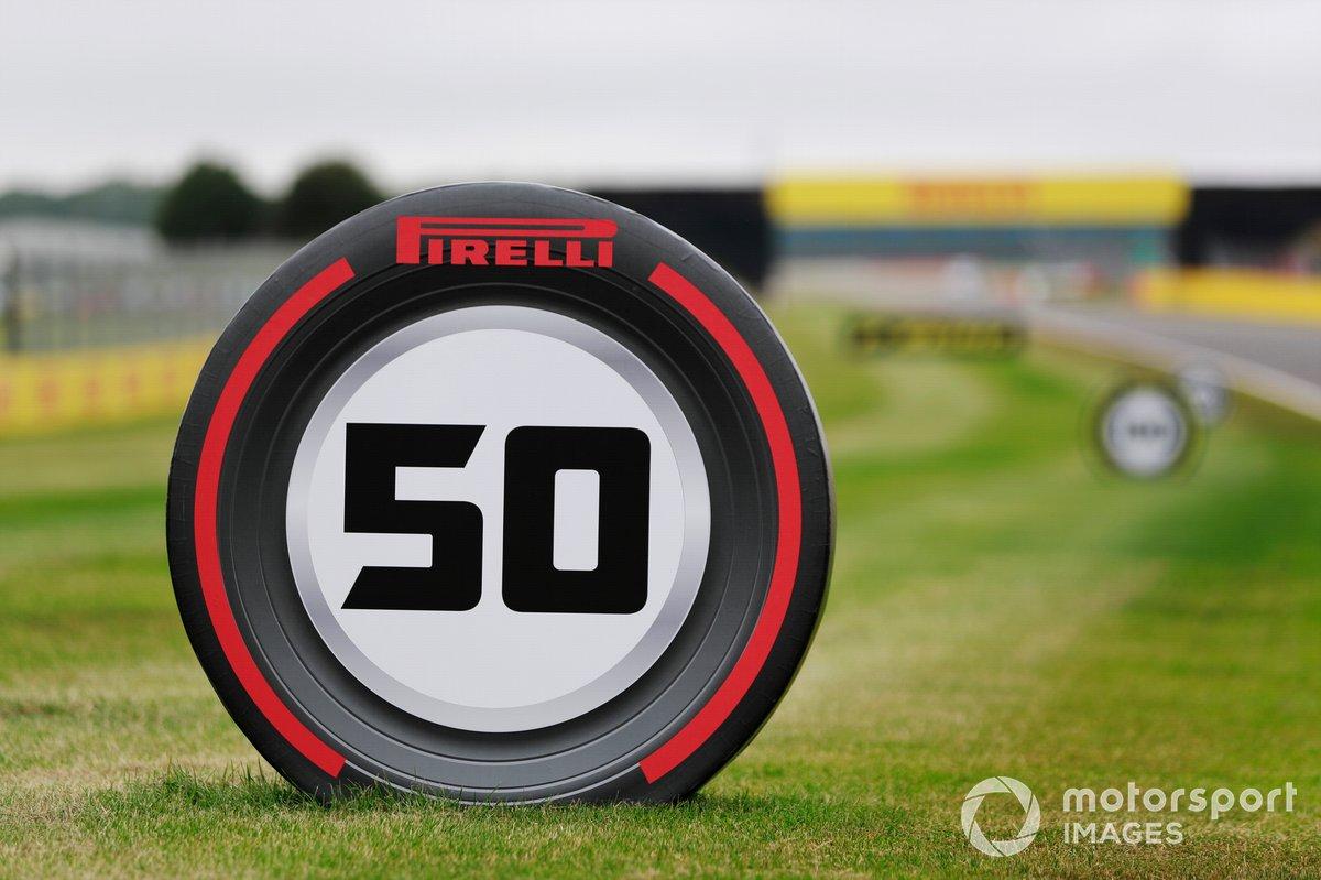Anuncios de Pirelli en el circuito