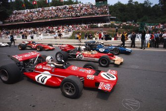 Jackie Stewart, Marzo 701 Ford espera en la pole position junto a Jochen Rindt, Lotus 49C Ford, y Chris Amon, Marzo 701 Ford, con Jacky Ickx, Ferrari 312B