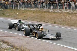 Dave Walker, Lotus 72D Ford devant Henri Pescarolo, March 721 Ford