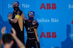 Le vainqueur Jean-Eric Vergne, DS Techeetah, avec un membre de son équipe sur le podium