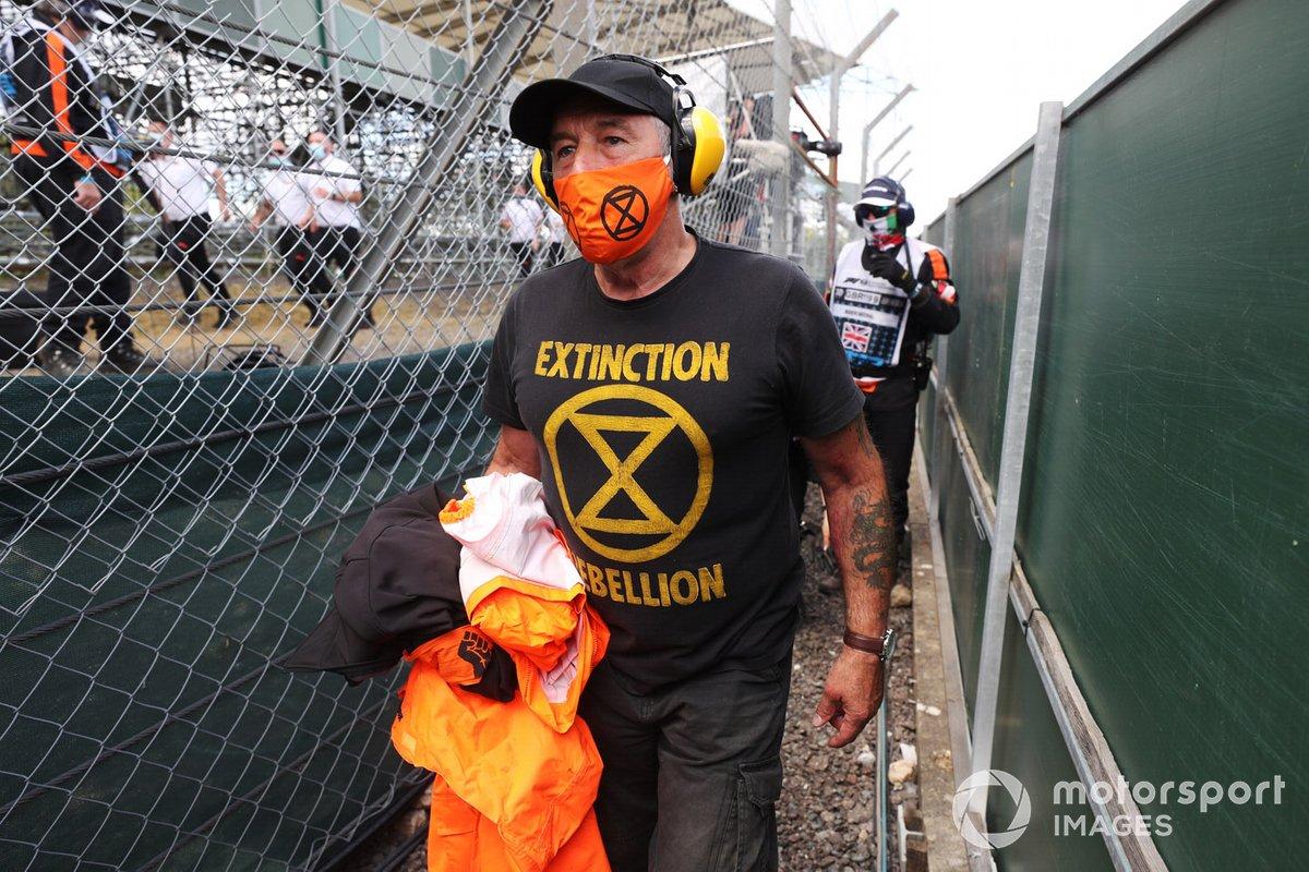 Miembros de Extinction Rebellion sacados de la pista