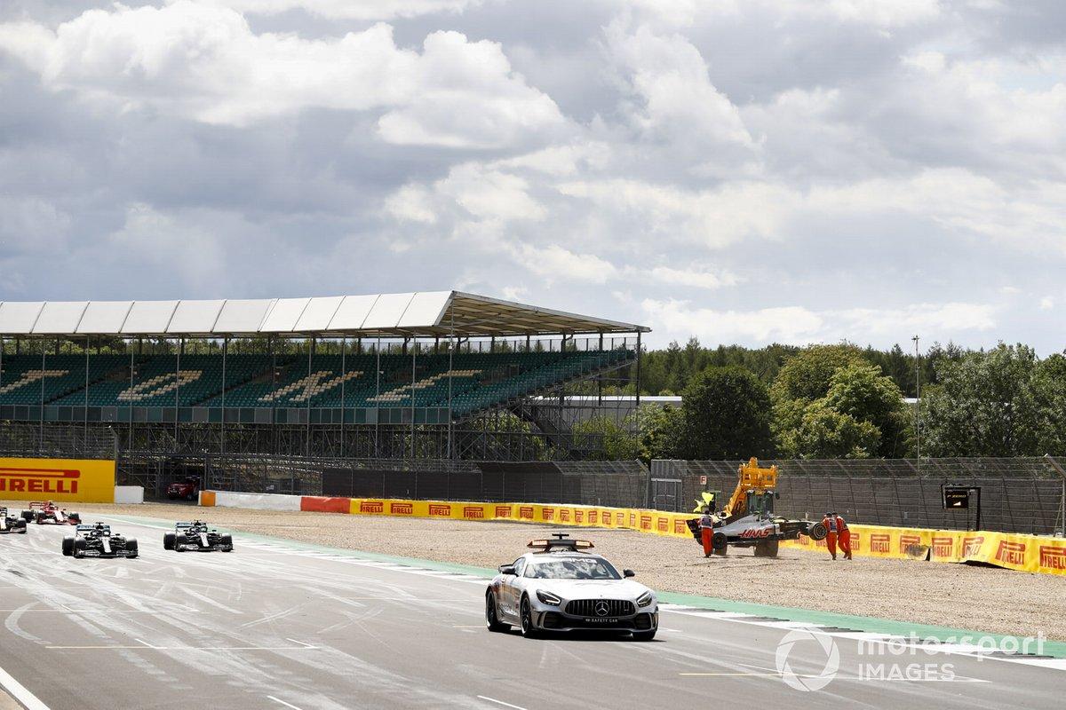 El Safety Car y el pelotón pasan el accidente de Kevin Magnussen, Haas VF-20