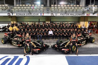 Romain Grosjean, Lotus F1 and Pastor Maldonado, Lotus with the Lotus Team for a group photo