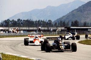 Nigel Mansell, Lotus 95T Renault, leads Niki Lauda, McLaren MP4-2 TAG, and Nelson Piquet, Brabham BT53 BMW