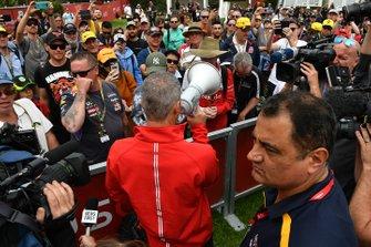 Un membre de l'Australian Grand Prix Corporation fait une annonce aux fans