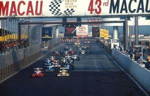 Ralph Firman, Dallara F396- Mugen-Honda and Nick Heidfeld, Dallara F396-Opel at the start