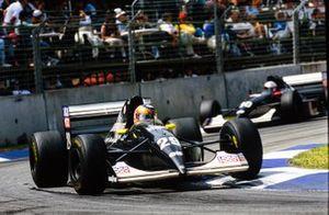 Karl Wendlinger, Sauber C12, lidera a JJ Lehto, Sauber C12