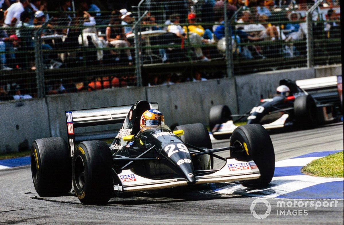 Karl Wendlinger, Sauber C12, leads JJ Lehto, Sauber C12