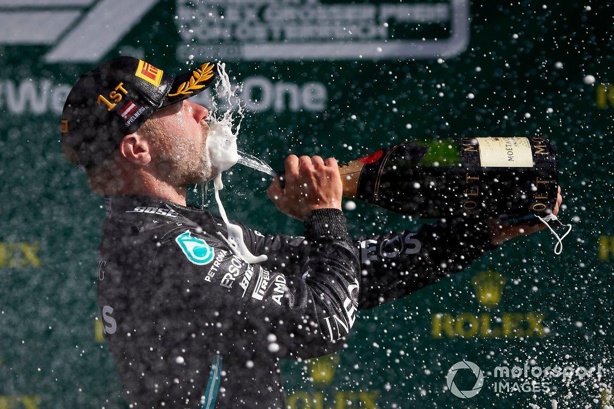 Valtteri Bottas, Mercedes AMG F1, fête sa victoire au champagne