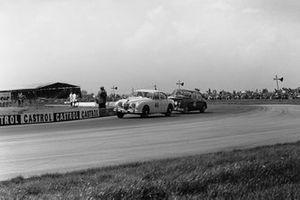 Stirling Moss, Jaguar 3.8 Mk2, chases Roy Salvadori, Jaguar 3.8 Mk2