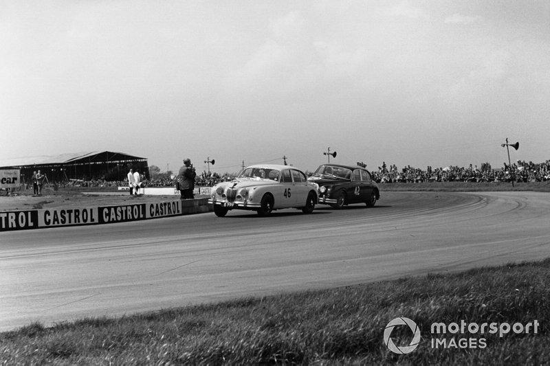 Борьба Роя Сальвадори и Стирлинга Мосса (№42), Jaguar 3.8 Mk2. BTCC, 1960 год