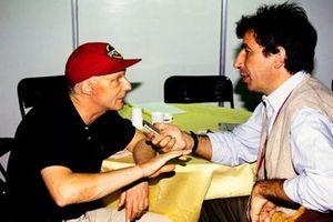 Niki Lauda habla con el periodista italiano Pino Allievi