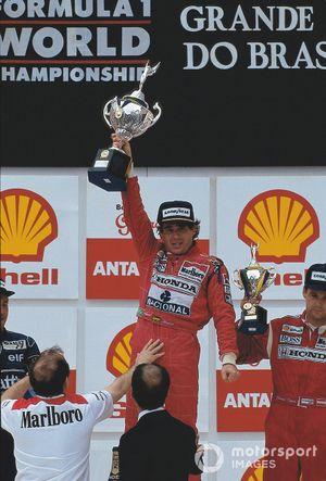 Podio: el ganador de la carrera Ayrton Senna, McLaren-Honda es apoyado por el dueño del equipo Ron Dennis