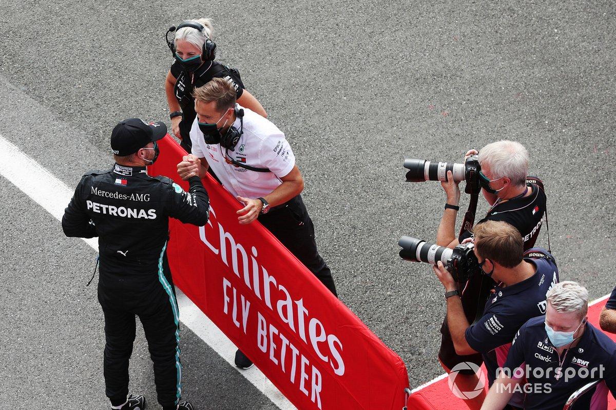 Valtteri Bottas, Mercedes AMG F1, festeggia con il compagno di squadra dopo aver conquistato la Poleposition
