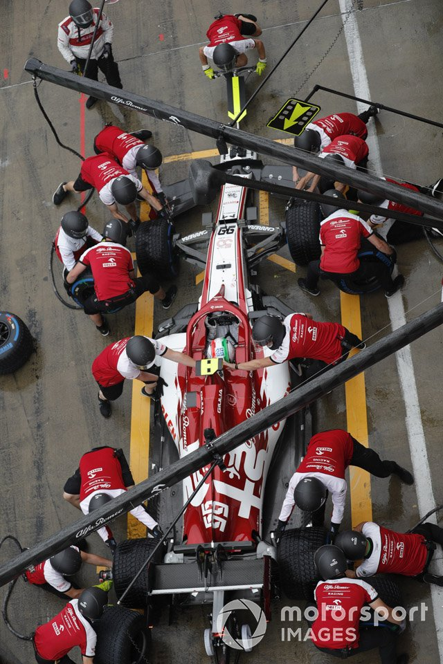 Antonio Giovinazzi, Alfa Romeo Racing C39, makes a pit stop
