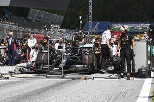 Mercedes team members bend the knee on the grid