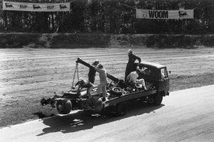 Los restos del monoplaza de Jochen Rindt después de su fatal accidente en la Parabólica