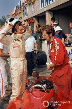 Jochen Rindt, Lotus 72C-Ford, Eddie Dennis prepara el monoplaza en los pits