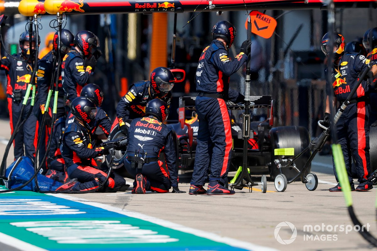 Max Verstappen, Red Bull Racing RB16, en pits