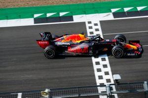 Race Winner Max Verstappen, Red Bull Racing RB16 komt over de finish