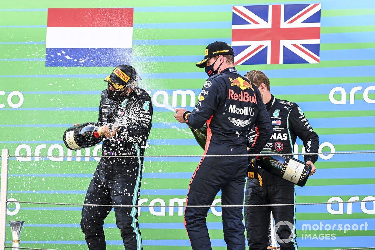 Lewis Hamilton, Mercedes-AMG Petronas F1, primo classificato, Max Verstappen, Red Bull Racing, secondo classificato, e Valtteri Bottas, Mercedes-AMG Petronas F1, terzo classificato, festeggiano sul podio