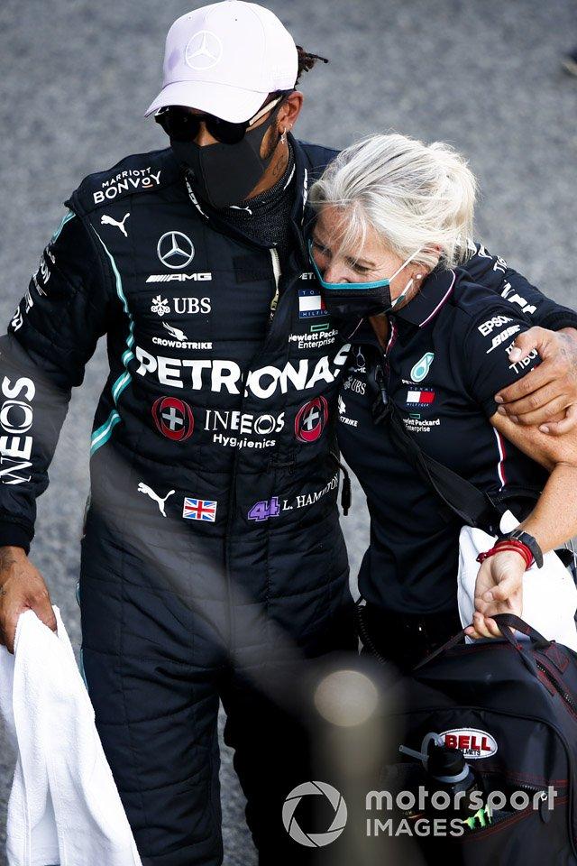 Ganador de la pole Lewis Hamilton, Mercedes-AMG Petronas F1 y Angela Cullen, Physio para Lewis Hamilton celebran en Parc Ferme