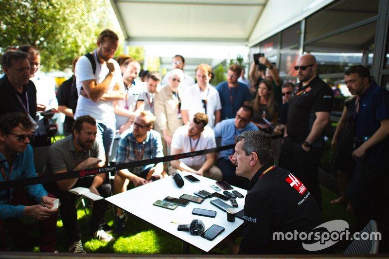 Gunter Steiner, Director de Haas F1, lleva a los periodistas