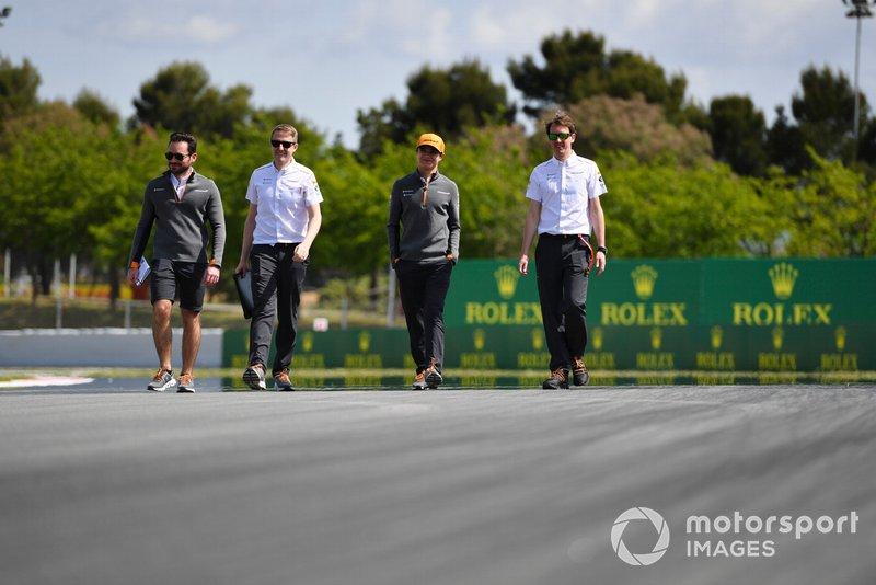 Lando Norris, McLaren caminando por el circuito
