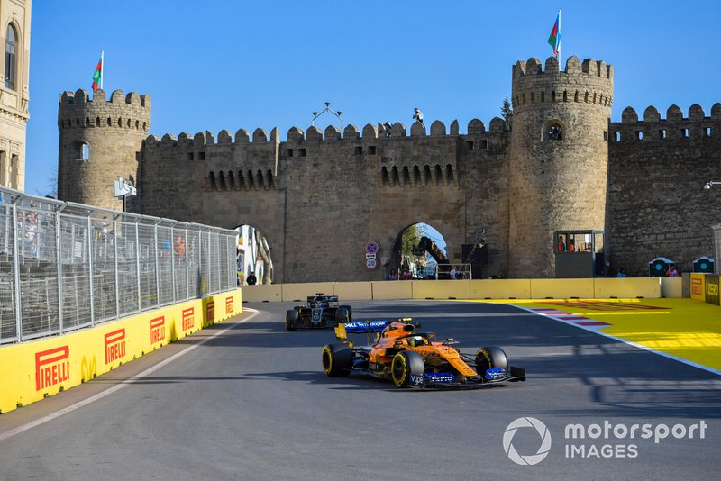 Lando Norris, McLaren MCL34, precede Romain Grosjean, Haas F1 Team VF-19