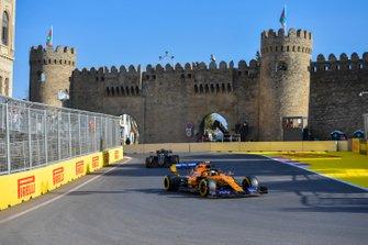 Lando Norris, McLaren MCL34, Romain Grosjean, Haas F1 Team VF-19