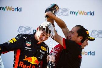 Toyoharu Tanabe, F1 technisch directeur, Honda, met Max Verstappen, Red Bull Racing, 1e plaats