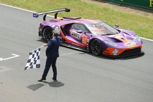 #85 Keating Motorsports Ford GT: Ben Keating, Jeroen Bleekemolen, Felipe Fraga aan de finish