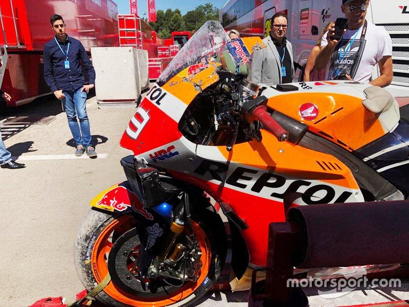 Moto de Jorge Lorenzo após queda no teste em Barcelona