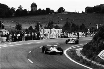 Jacky Ickx, Brabham BT26A Ford leading Jochen Rindt, Lotus 49B Ford