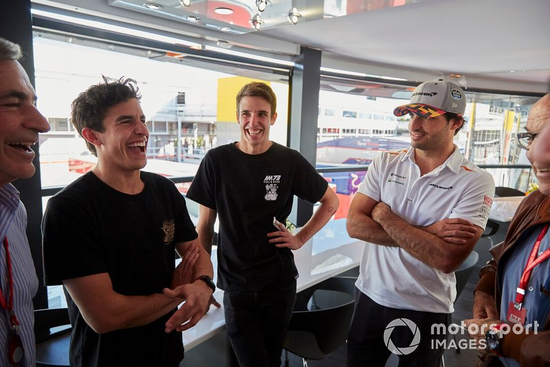 Los pilotos de MotoGP y Moto2 Alex y Marc Márquez con Carlos Sainz Jr, McLaren