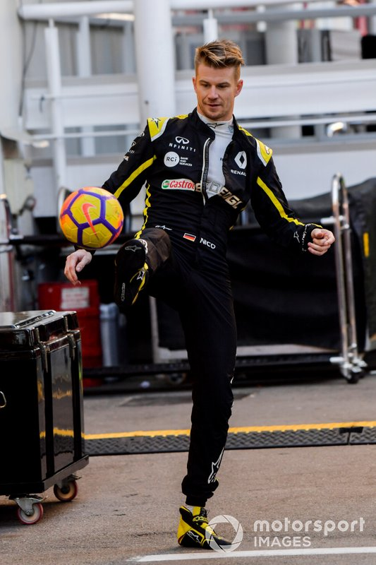 Nico Hulkenberg, Renault F1 Team, plays football with his trainer in the paddock