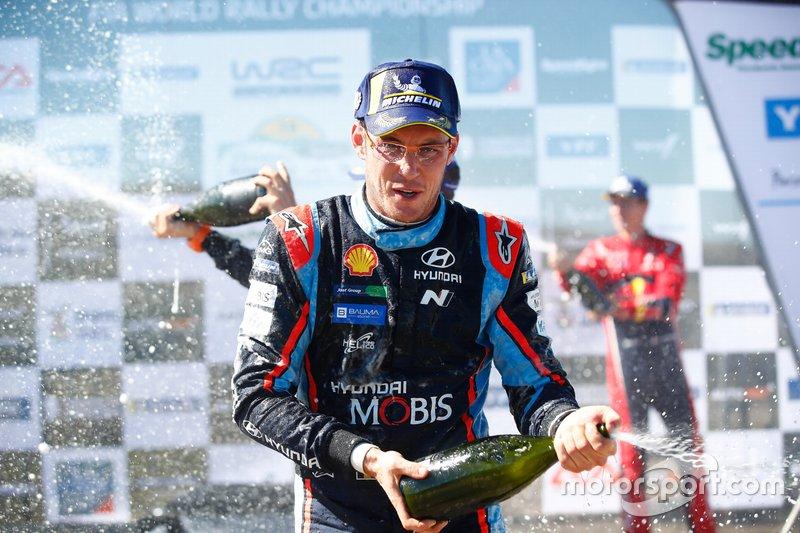 Thierry Neuville, Hyundai Motorsport Hyundai i20 Coupe WRC, festeggia la vittoria