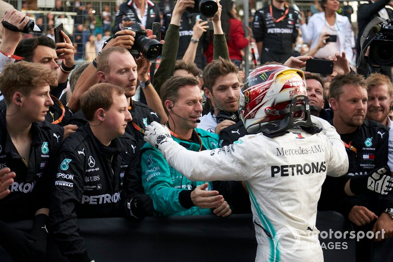 Lewis Hamilton, Mercedes AMG F1, secondo, festeggia con il suo team al Parco Chiuso