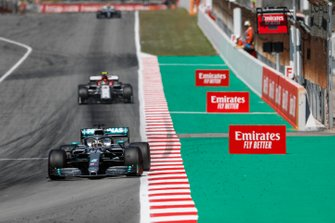 Lewis Hamilton, Mercedes AMG F1 W10, Antonio Giovinazzi, Alfa Romeo Racing C38
