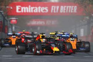 Max Verstappen, Red Bull Racing RB15, voor Lando Norris, McLaren MCL34, Daniil Kvyat, Toro Rosso STR14, Carlos Sainz Jr., McLaren MCL34