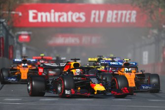 Max Verstappen, Red Bull Racing RB15, leads Lando Norris, McLaren MCL34, Daniil Kvyat, Toro Rosso STR14, Carlos Sainz Jr., McLaren MCL34, and the remainder of the field