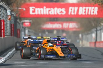 Lando Norris, McLaren MCL34, devant Daniil Kvyat, Toro Rosso STR14