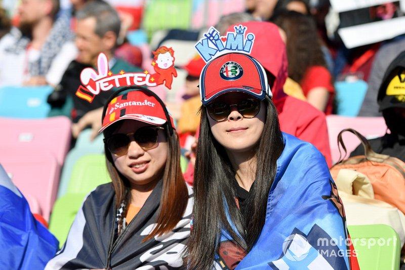 Des fans de Sebastian Vettel, Ferrari, et Kimi Raikkonen, Alfa Romeo Racing