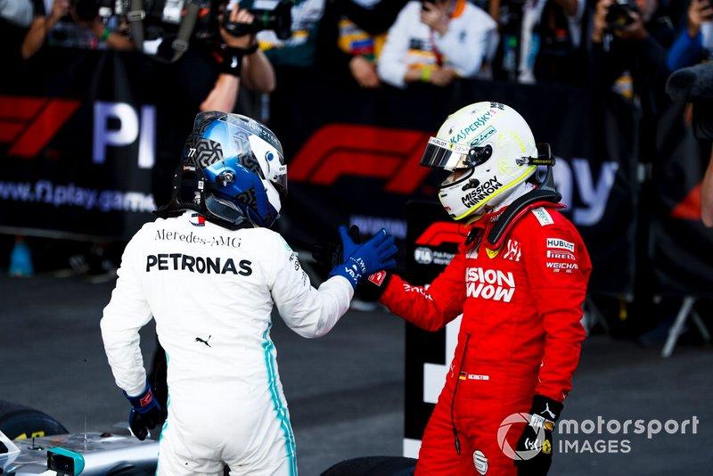 Sebastian Vettel, Ferrari y el ganador de la carrera Valtteri Bottas, Mercedes AMG F1 celebraron en Parc Ferme