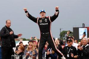 Josef Newgarden, el equipo Penske Chevrolet celebra en el podio