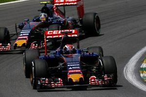 Max Verstappen, Toro Rosso STR10, devant Carlos Sainz Jr., Toro Rosso STR10