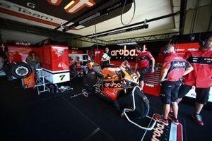 Le garage de Chaz Davies, Aruba.it Racing-Ducati Team