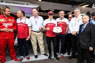 Jean Todt, président de la FIA, Ross Brawn, directeur de la compétition du Formula One Group et Frédéric Vasseur, Team Principal, Alfa Romeo Racing pour fêter les 300 GP de Kimi Raikkonen, Alfa Romeo Racing