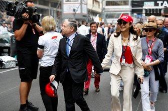 Jean Todt, presidente de la FIA, y su esposa Michelle Yeoh en la parrilla